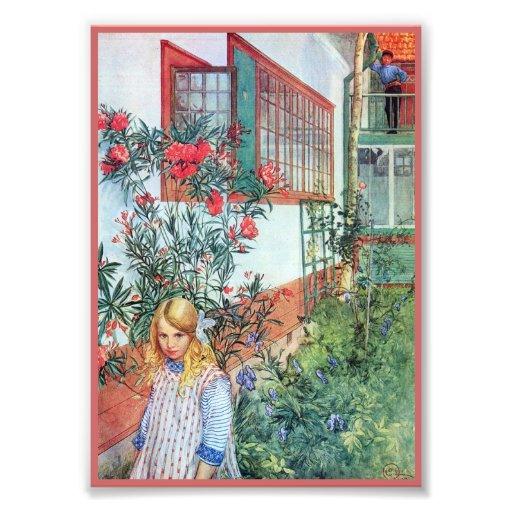 Chica en el jardín con las flores rojas fotografías