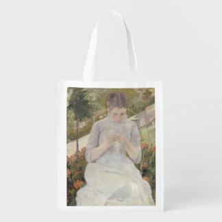 Chica en el jardín de Mary Cassatt Bolsas Para La Compra