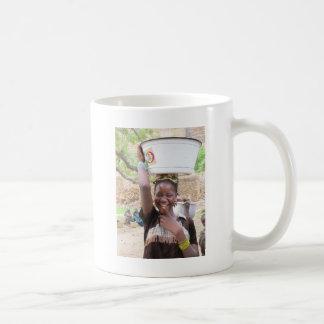 Chica en el mercado en el país de Dogon, Malí Tazas De Café