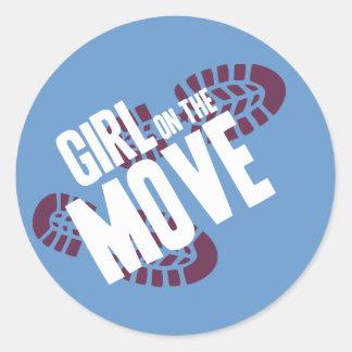 Chica en el movimiento pegatina redonda