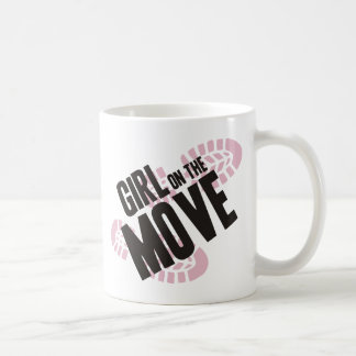 Chica en el movimiento taza clásica