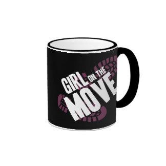 Chica en el movimiento taza de dos colores