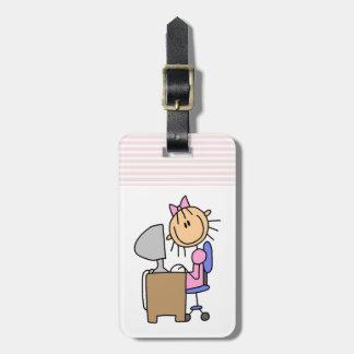 Chica en el ordenador etiqueta para maleta