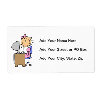 Chica en el ordenador etiquetas de envío