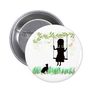 Chica en el oscilación con el gato pin redondo de 2 pulgadas