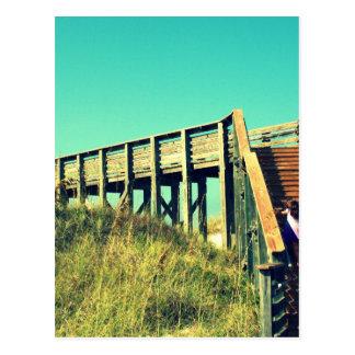 Chica en el paseo marítimo, playa de la Costa del Postales
