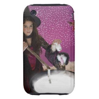Chica en el traje de la bruja que revuelve la funda though para iPhone 3