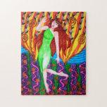 Chica en jardín abstracto con las hojas y las flor rompecabeza con fotos