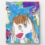 Chica en jardín placas