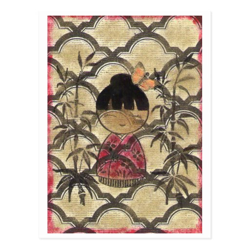 Chica en kimono rojo con la postal del oro
