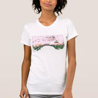 Chica en la colina floreciente en primavera camisetas