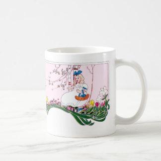 Chica en la colina floreciente en primavera taza clásica