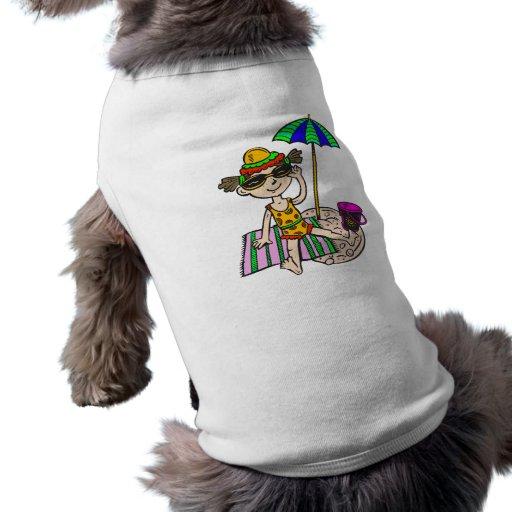 Chica en la playa camisetas de perro