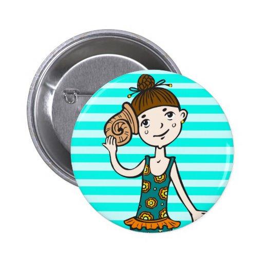 Chica en la playa con el Seashell Pin