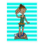 Chica en la playa con el Seashell Tarjetas Postales