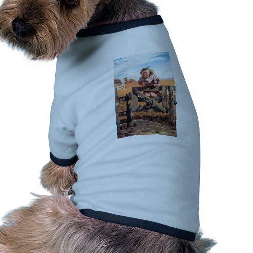 Chica en la puerta de la cerca camiseta con mangas para perro