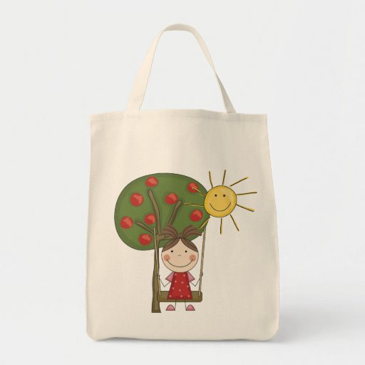 Chica en las camisetas y los regalos del bolsa tela para la compra