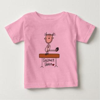 Chica en las camisetas y los regalos del haz de playeras