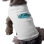 Chica en las camisetas y los regalos del patín del ropa de perros
