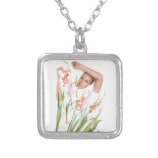 Chica en leche con las flores colgante cuadrado
