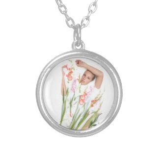 Chica en leche con las flores colgante redondo