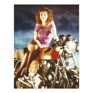Chica en los regalos de una motocicleta membrete a diseño