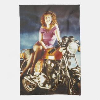 Chica en los regalos de una motocicleta toalla de cocina
