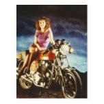 Chica en los regalos de una motocicleta postales