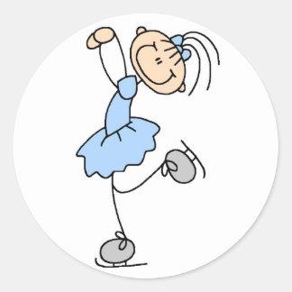Chica en pegatina azul del patinador de hielo