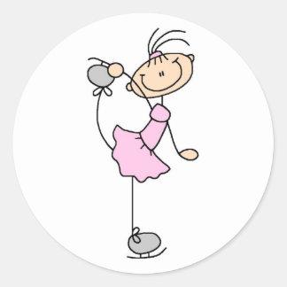 Chica en pegatina rosado del patinador de hielo