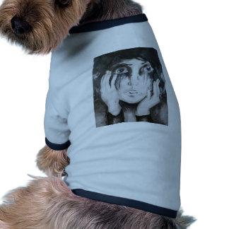 Chica en rasgones ropa perro