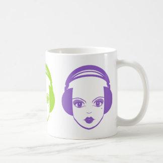 Chica en taza de café de los auriculares