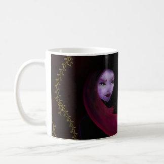 Chica en un impermeable taza clásica
