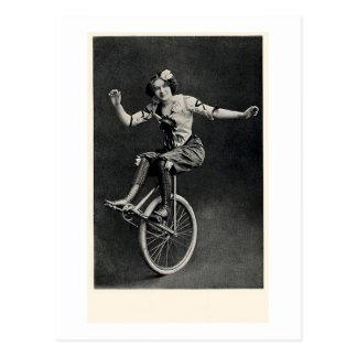Chica en un Unicycle Tarjetas Postales