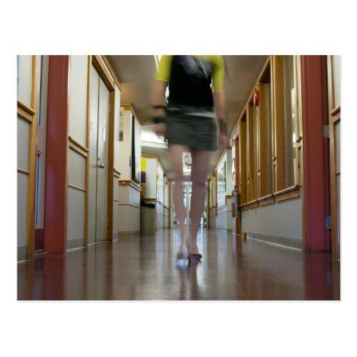 Chica en un vestíbulo (postal)
