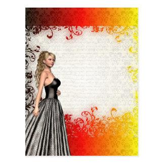 Chica en un vestido de los gris plateados postales