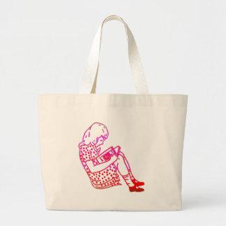 Chica en un vestido, leyendo bolsa