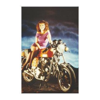 Chica en una lona del gigante de la motocicleta lienzo envuelto para galerias