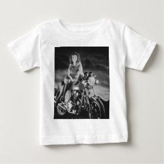 Chica en una motocicleta playera de bebé