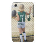 Chica en uniforme del softball Case-Mate iPhone 3 protector