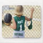 Chica en uniforme del softball tapete de ratón