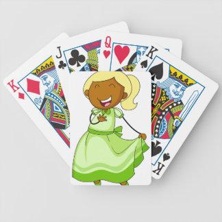 Chica en vestido baraja cartas de poker