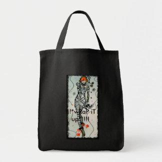 Chica en vestido envuelto momia bolsa tela para la compra