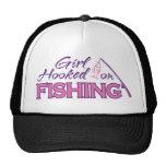 Chica enganchado en la pesca gorras de camionero