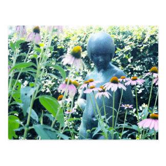 Chica entre las flores postales