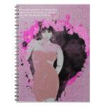 Chica envuelto en cuaderno rosado de la foto del r
