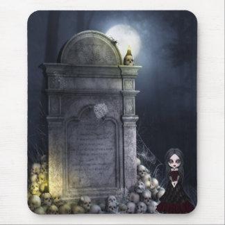 Chica espeluznante del gótico por la piedra sepulc alfombrilla de ratones