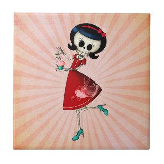 Chica esquelético dulce y asustadizo azulejo cuadrado pequeño