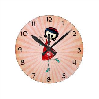 Chica esquelético dulce y asustadizo reloj de pared