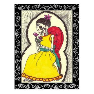 Chica esquelético en silla roja del terciopelo tarjetas postales